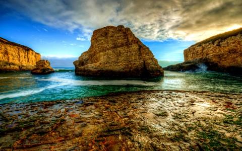 岩石海岸的背景