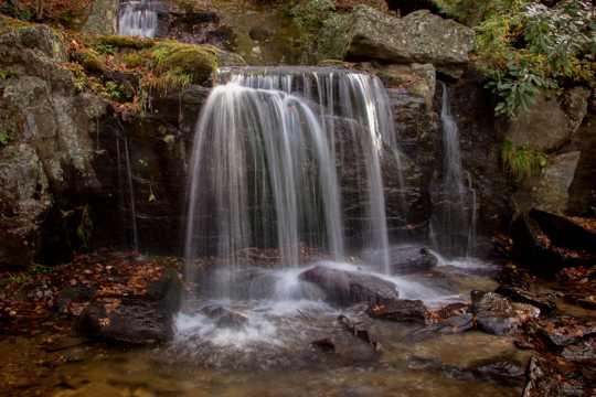 深山岩石瀑布图片