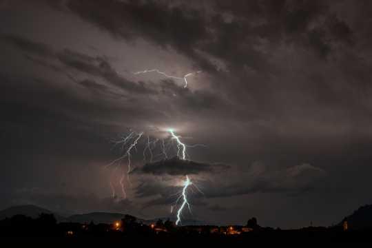 雷声轰鸣天空拍摄图片