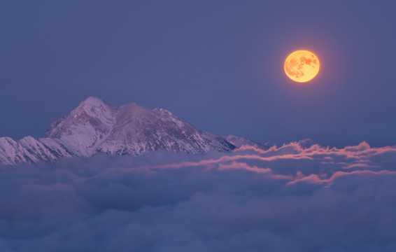 唯美天空云层满月图片