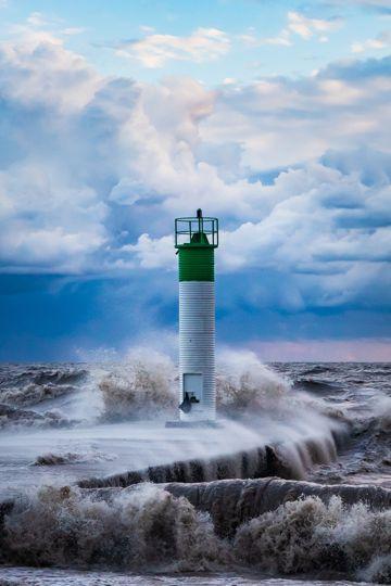 海洋灯塔巨浪滔天图片