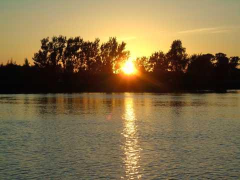 水面黄昏日落景观图片
