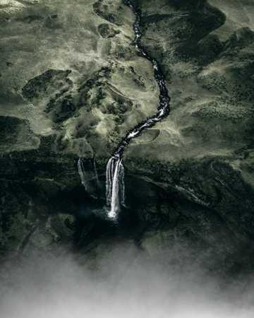 山间小溪流水航拍图