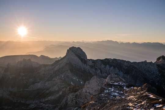 高山朝阳美景图片