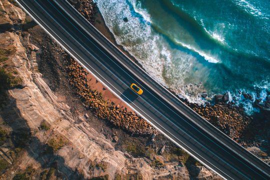 海滨的黄色轿车