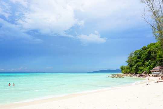 泰国皮皮岛海滨景色图片