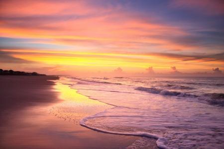 黄昏落日下的唯美沙滩