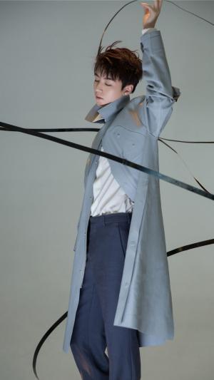 小鲜肉王俊凯时尚风衣魅力写真