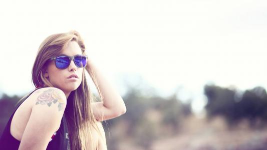 太阳镜纹身的女孩