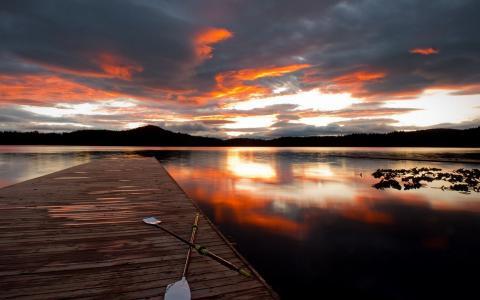 在日落的木码头