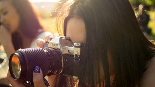 拍照片的妇女