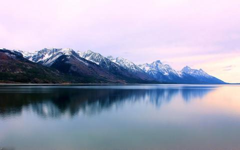 在山上平静的湖泊