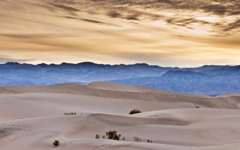 在沙漠之上的日落天空