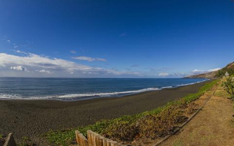 海浪冲击岸边