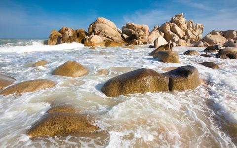 在岩石上的泡沫海洋