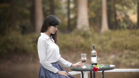 单独喝酒的女人