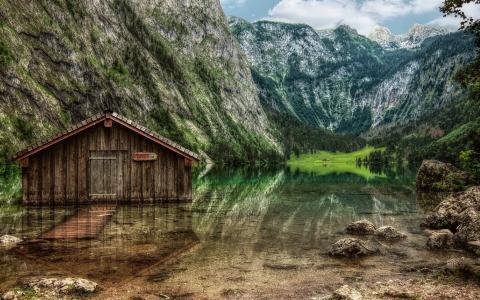 小屋在清澈的湖面上