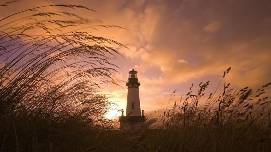 在夕阳下的灯塔
