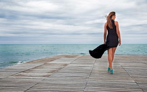 在码头上穿着一件长裙子