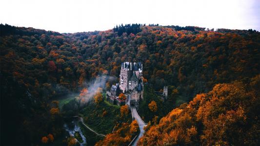 被森林包围的幽静城堡