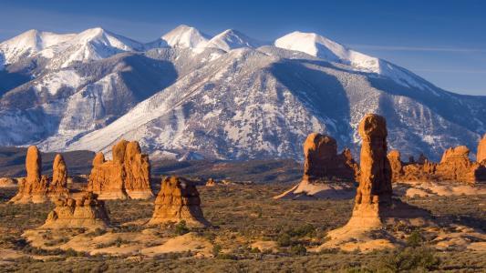 在沙漠中的白色山