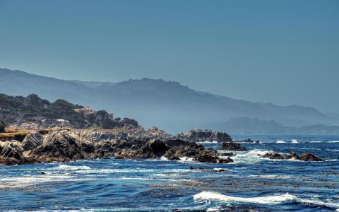 在海岸线上的波浪