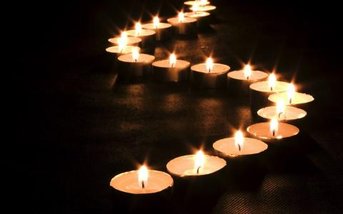 点燃蜡烛在地板上