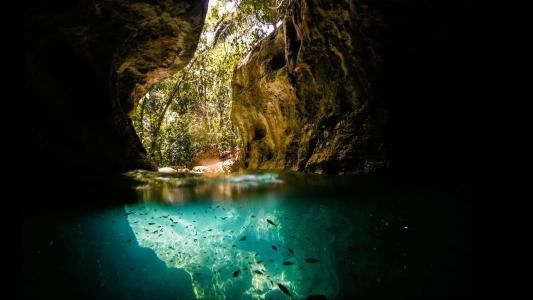 在洞里的蓝色湖泊