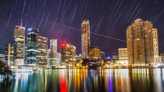 在城市上空的流星雨