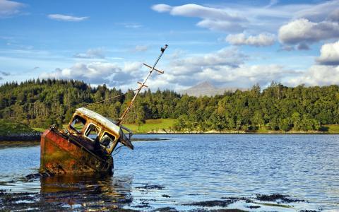 老被遗弃的小船