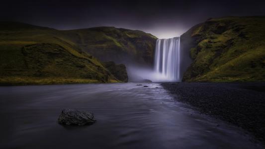 倾泻而下的瀑布