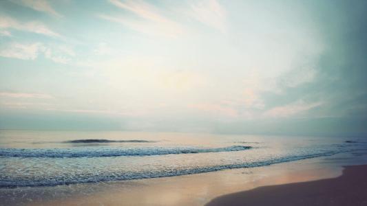 海浪朝着海岸