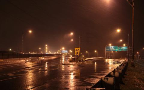 雨在公路上