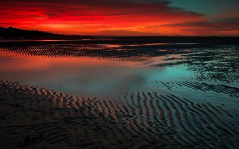 海滩上方的红色天空
