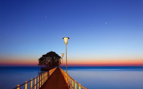 蓝色的大海上的码头