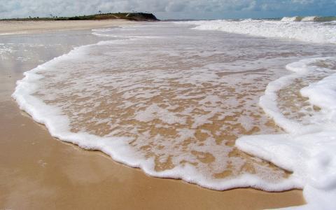 在岸边波浪