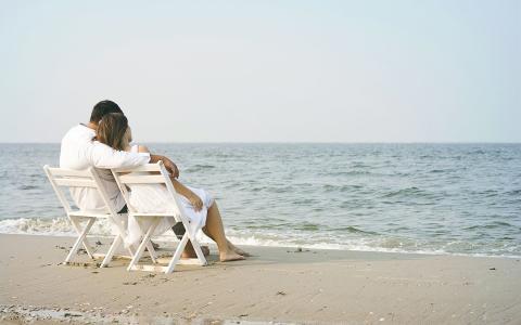 恋人在沙滩上
