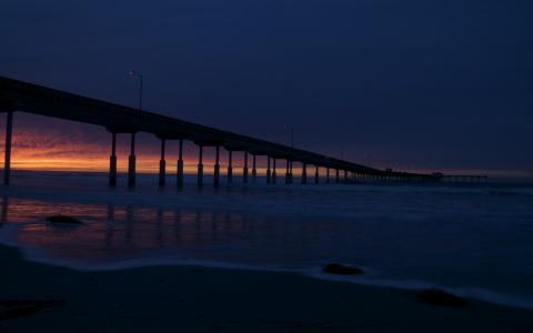 在日落的长码头