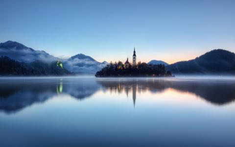 晶莹透彻的湖水