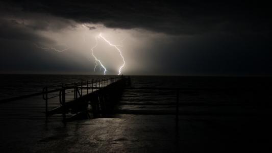 闪电击中码头