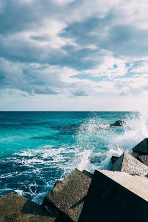 海浪冲击着岩石