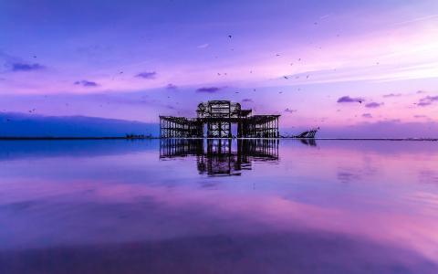 被遗弃的建筑在海上