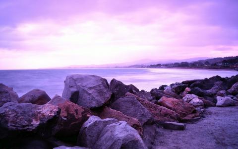 紫色的岩石在海边