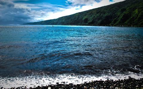 在岸边的蓝色的大海