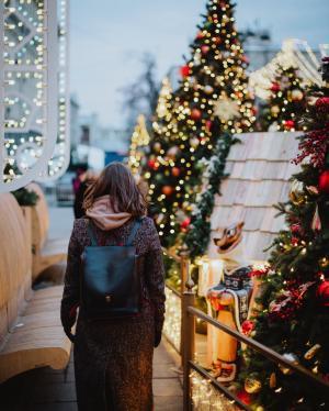 圣诞节的女生背影