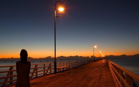在码头的灯柱