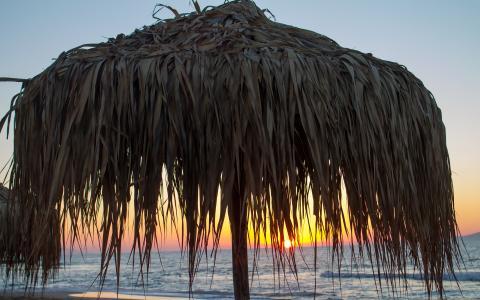 在日落的沙滩伞