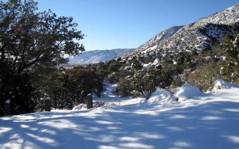 阳光照在雪山上