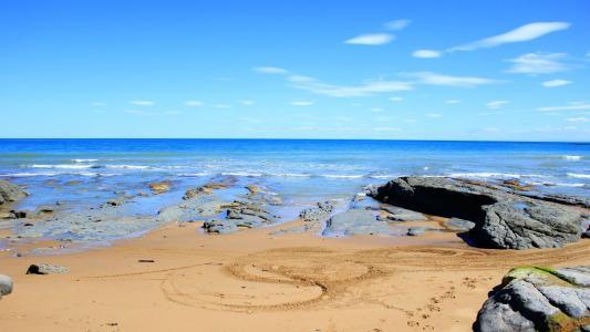 在海滩上的蓝色水