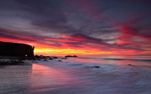 粉红色的夕阳在海面上